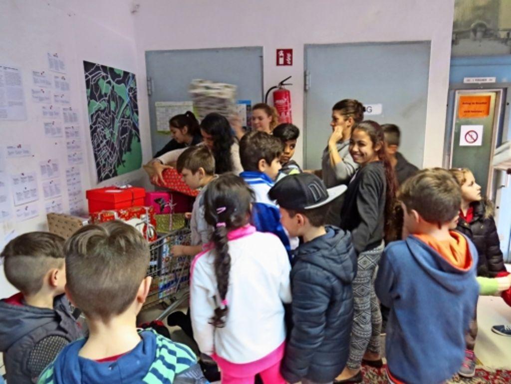 Vorweihnachtliche Bescherung: In der Böblinger Straße haben Schülerinnen bereits Geschenke verteilt. Foto: Nina Ayerle