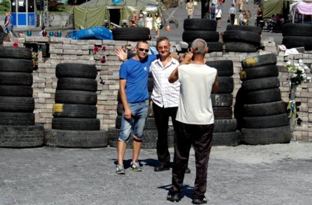 Erinnerungsfoto vor den Barrikaden. Foto: Knut Krohn