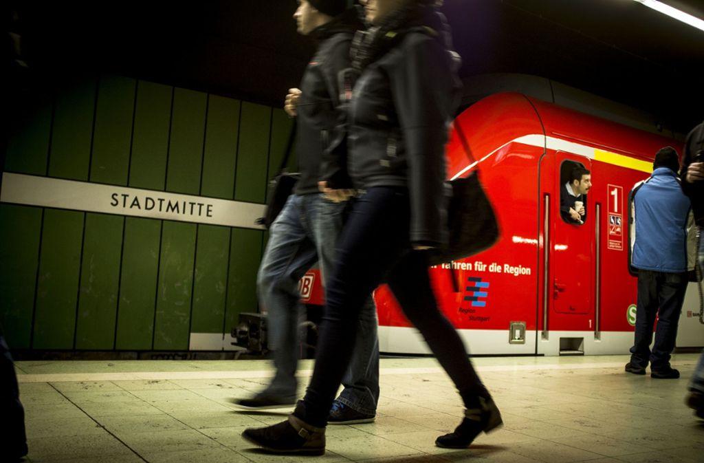 Die S-Bahn-Haltestelle Stadtmitte wurde Schauplatz von Schuh- und Flaschenwürfen. (Archivbild) Foto: Leif Piechowski