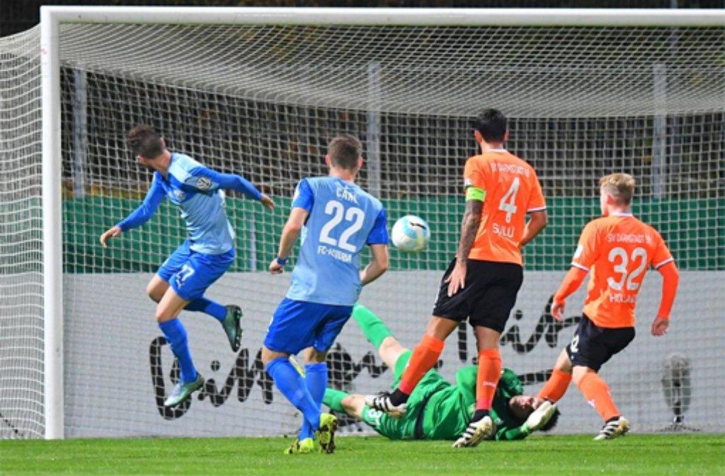 Der krasse Außenseiter besiegt den Erstligisten Darmstadt 98 durch ein Tor von Nico Hillenbrand in der 32. Minute und steht erstmals in der Vereinsgeschichte im Achtelfinale des DFB-Pokals. Foto: dpa