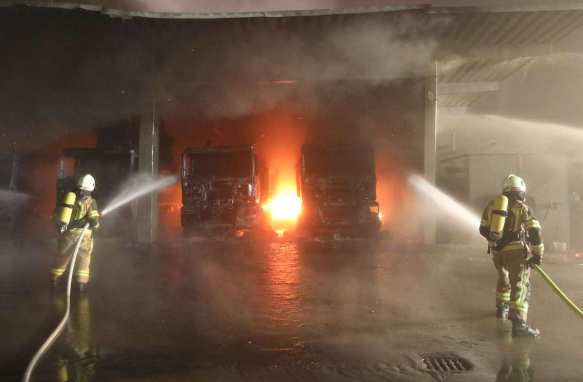 Bis in die Nacht war die Feuerwehr bei dem Brand in Unterbalzheim im Einsatz. Foto: dpa/Ralf Zwiebler
