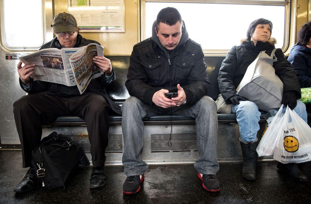 """""""Manspreading"""" nennt sich die Angewohnheit von manchen Männern, die in öffentlichen Verkehrsmittel breitbeinig da sitzen. Foto: dpa/Andrew Renneisen"""