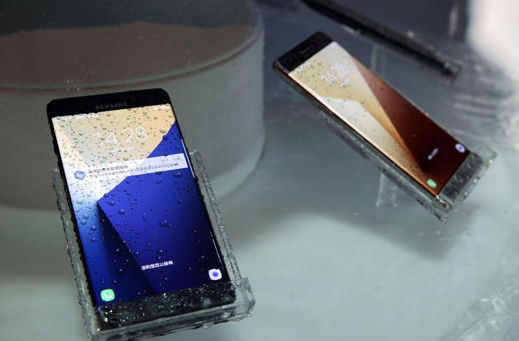 Ausschließlich teure Smartphones sollen die Angeklagten zum Weiterverkauf ergaunert haben. Foto: dpa