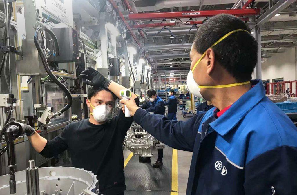 ZF hat in China kurzerhand eine eigene Maschine für Atemschutzmasken angeschafft. Foto: imago/photothek