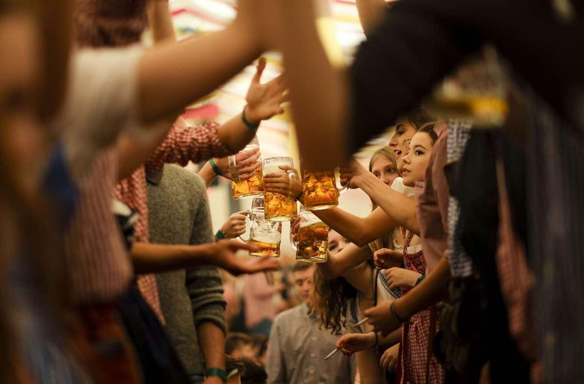 Zusammen mit Freunden auf den Bierbänken tanzen und das kühle Bier genießen – es wird uns in diesen Frühling fehlen (Archivbild). Foto: LICHTGUT/Leif Piechowski
