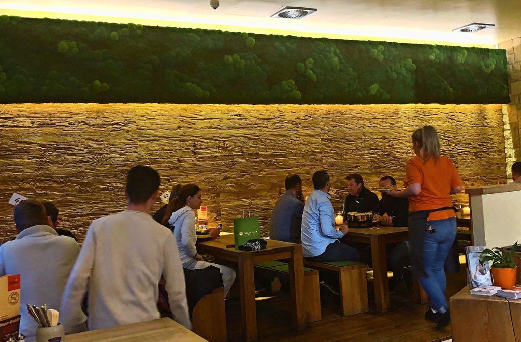 Ein grüner Streifen aus Moos hängt im Restaurant  Tobi's. Foto: Meyer