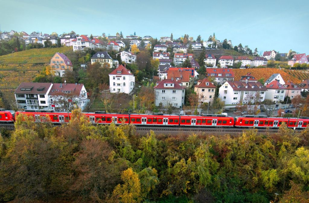 Die Gäubahnstrecke, hier im Stuttgarter Norden, wird bei S 21 von der City abgehängt. Die neue Route über den Flughafen wird aber nicht rechtzeitig fertig. Foto: dpa/Franziska Kraufmann