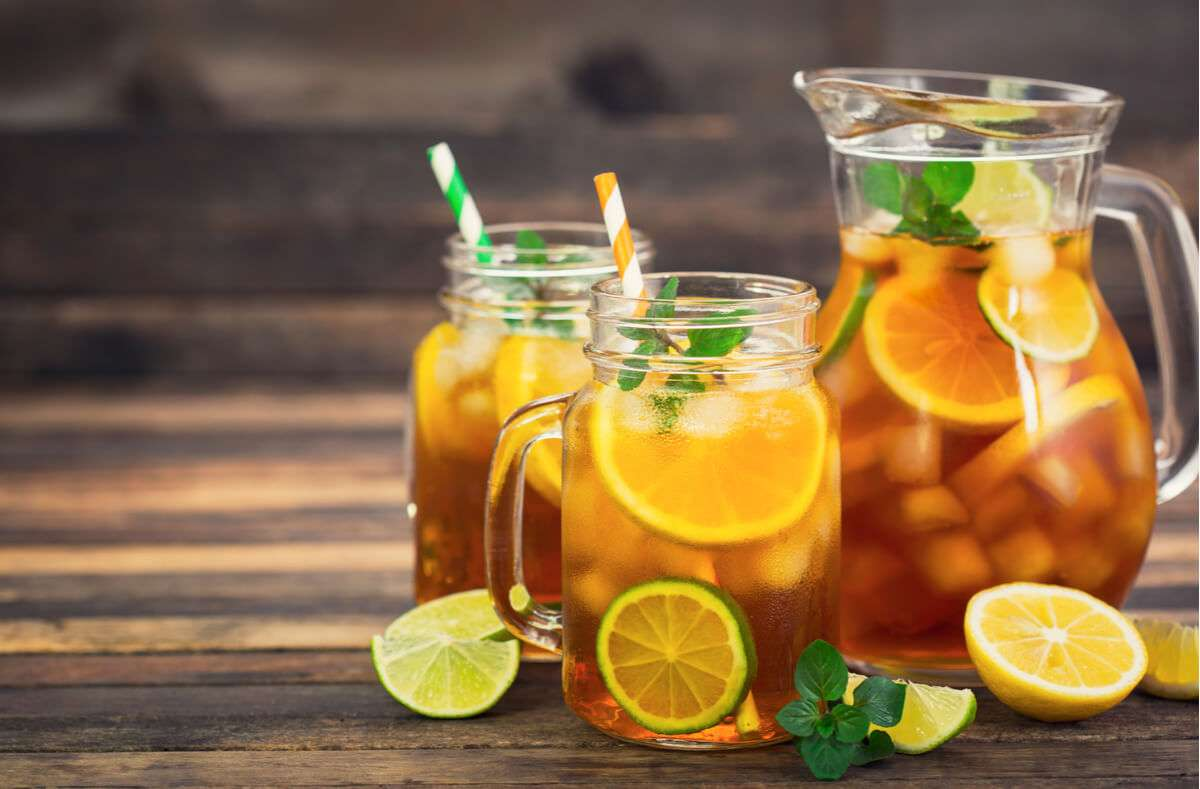 Eistee selber zu machen ist kinderleicht. Pfirsich, Zitrone und viele andere Früchte. Wir zeigen euch die 5 beliebtesten Eistee-Rezepte. Foto: Pilipphoto / Shutterstock.com