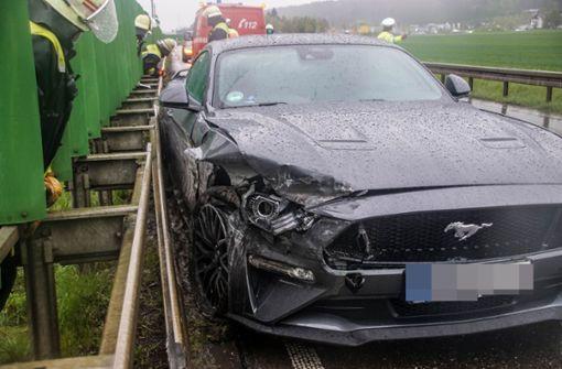 Mit nagelneuem Ford Mustang in Leitplanke gekracht