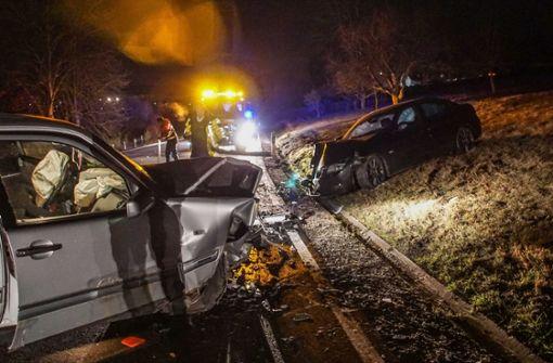 27-jähriger Autofahrer gerät in Gegenverkehr – zwei Schwerverletzte