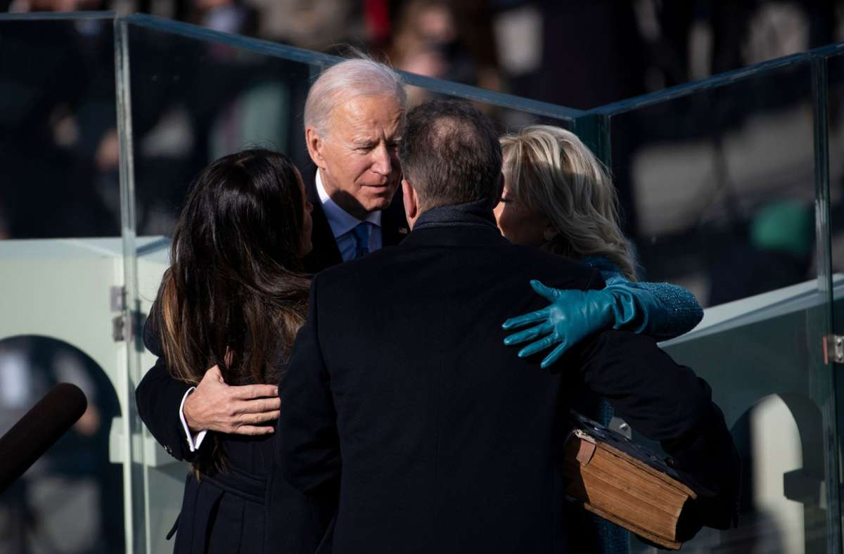 Familien-Umarmung: Joe Biden mit seiner Frau Jill, seiner Tochter Ashley (links) und seinem Sohn Hunter (zu sehen von hinten). Foto: AFP/CAROLINE BREHMAN