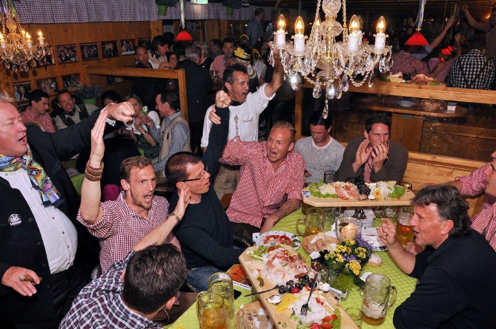 Zwischen Augsburg und Fürth: Georg Niedermeier, Raphael Holzhauser, Christian Gentner, Martin Harnik und Co. trinken und lachen im Grandls Hofbräuzelt auf dem Stuttgarter Frühlingsfest - wir haben die Fotos. Foto: www.7aktuell.de