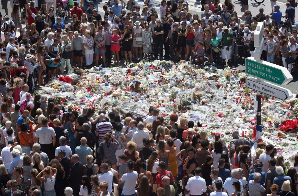 Hunderte Menschen gedachten in Nizza der Verstorbenen. Foto: AP