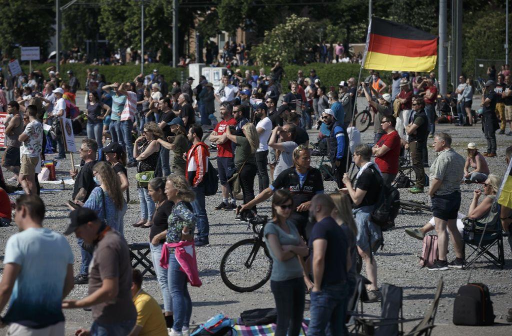 Demonstranten auf dem Wasen: Freiheit ist wichtiger als das Virus. Foto: Lichtgut/Julian Rettig