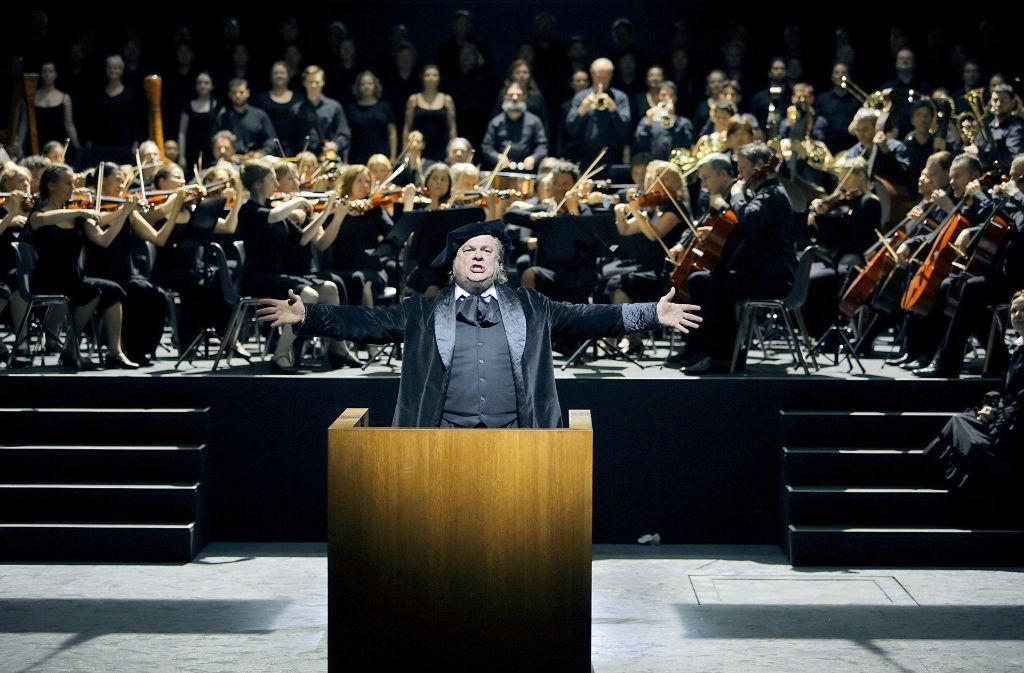 "Michael Volle (vorn) als  Hans Sachs in Richard Wagners ""Meistersingern"" Foto: Nawrath/Festspiele Bayreuth"