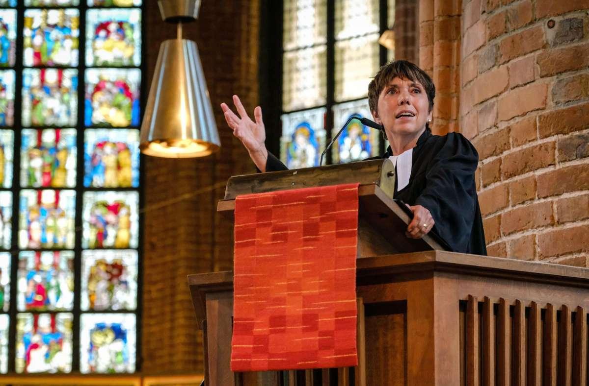 Margot Käßmann bei einer Predigt. Foto: dpa/Jens Schulze