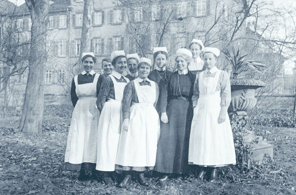 Rotkreuzschwestern vor dem Mutterhaus Hotel Herrmann in Bad Cannstatt anno 1921 Foto: wssrk
