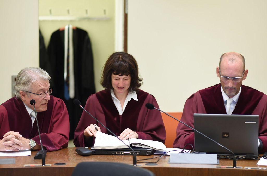 Bundesanwalt Herbert Diemer (v. l. n. r.), Oberstaatsanwältin Anette Greger und Bundesanwalt Jochen Weingarten am Mittwoch im Oberlandesgericht in München. Foto: dpa Pool