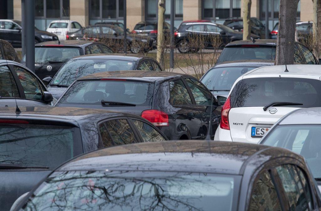 Die Straßen in der Landeshauptstadt sind oft dicht. Bus und Bahn könnten bei einem Ausbau noch Fahrgäste aufnehmen. Foto: dpa