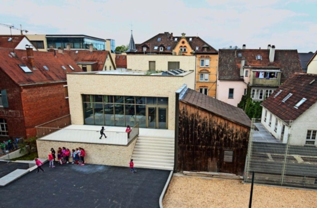 Kinder aus der Pestalozzi- und der Anton-Bruckner-Schule haben die  neue Mensa  schon in Besitz genommen. Das Holzhaus rechts ist Teil der Schreinerwerkstatt. Foto: factum/Granville