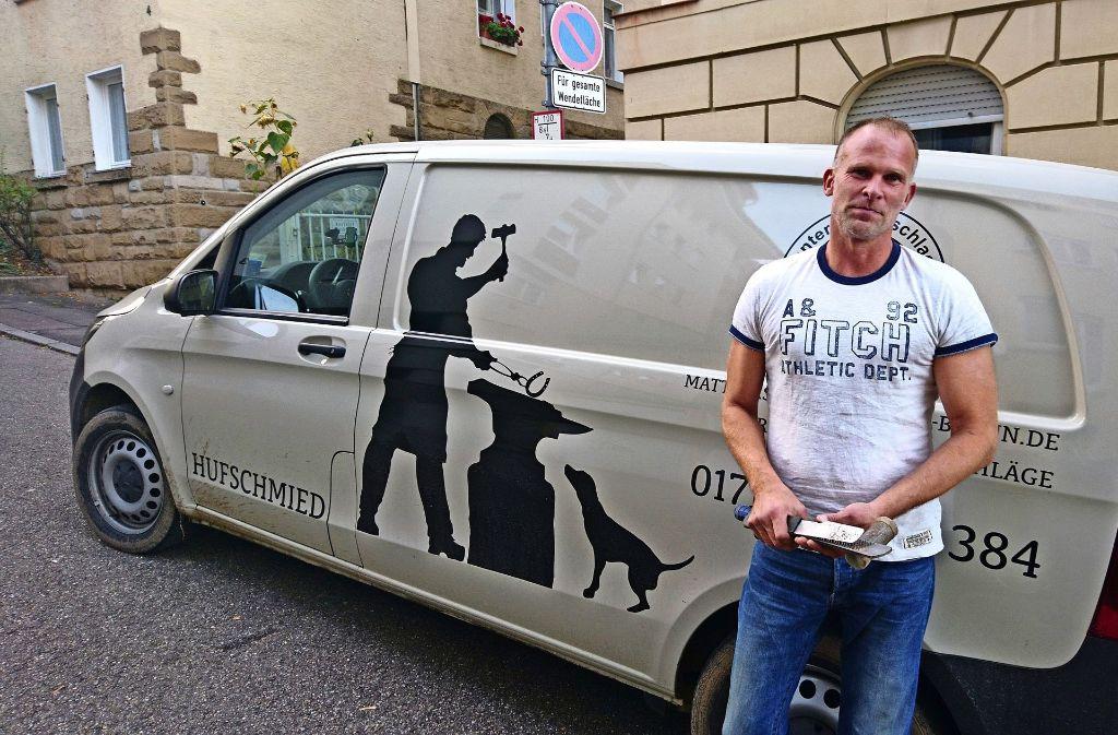 Früher kamen die Pferde zum Schmied, heute ist es umgekehrt: in seinem Transporter hat Matthias Braun alles, was er für sein Handwerk braucht. Foto: Björn Springorum