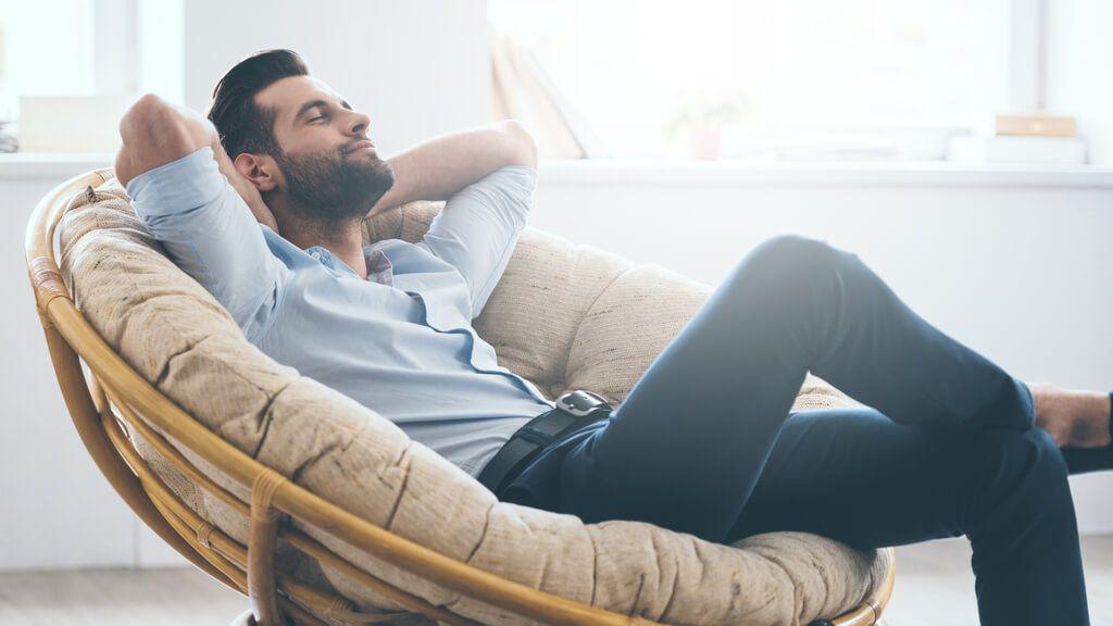 Es gibt viele Möglichkeiten in den eigenen vier Wänden zu entspannen. Mit diesen Tipps klappt die Entspannung für zuhause. Foto: G-Stock Studio / Shutterstock.com