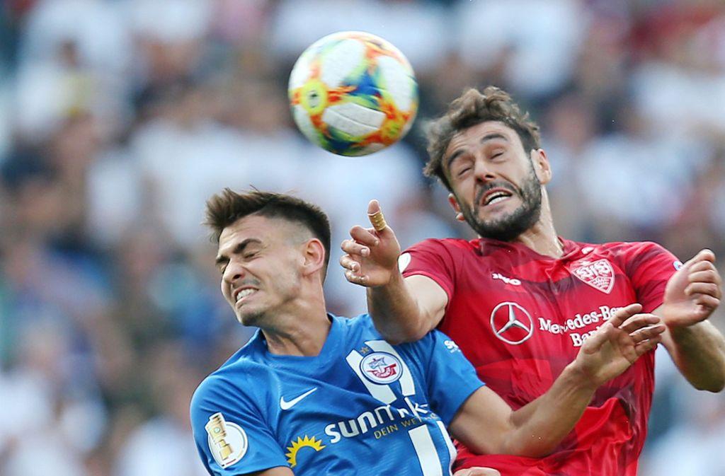 Der VfB tat sich gegen Drittligist Hansa Rostock sichtlich schwer, gewann aber dank eines Tores von Hamadi Al Ghaddioui (rechts). Foto: Pressefoto Baumann