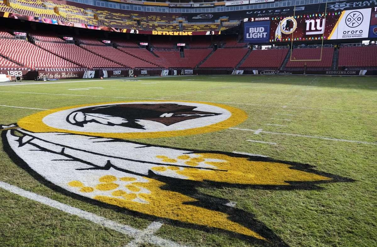 Infolge der fortlaufenden Proteste gegen Rassismus hatte der Namenssponsor des Stadions die Verantwortlichen Anfang Juli dazu aufgefordert, sich von dem Beinamen Redskins zu trennen. Foto: AP/Mark Tenally
