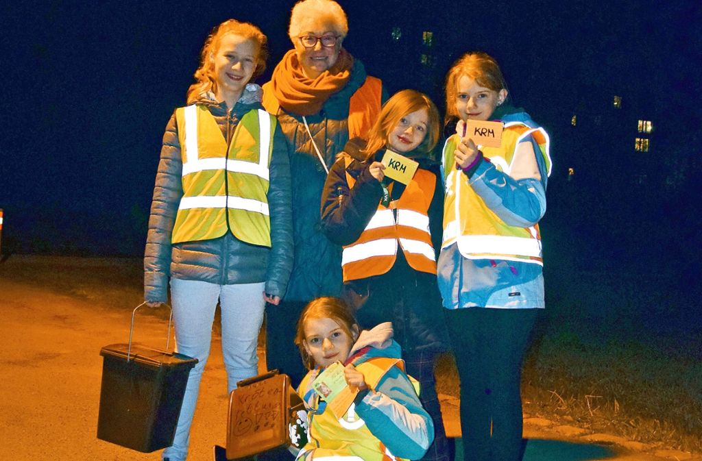 Jette, Jule, Cora und Meike (von links) haben ein Herz für Kröten. Ulrike Coccia hat es geschafft, die Jugend für den Amphibienschutz zu begeistern. Foto: Alexandra Kratz