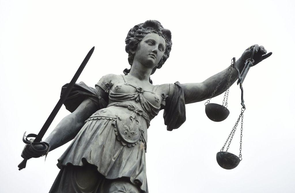 Am Landgericht in Heilbronn hat ein Verfahren gegen einen 19-Jährigen begonnen, der nach Ansicht der Staatsanwaltschaft gemeinsam mit seiner Mutter Selbstmord begehen wollte. Foto: dpa/Arne Dedert