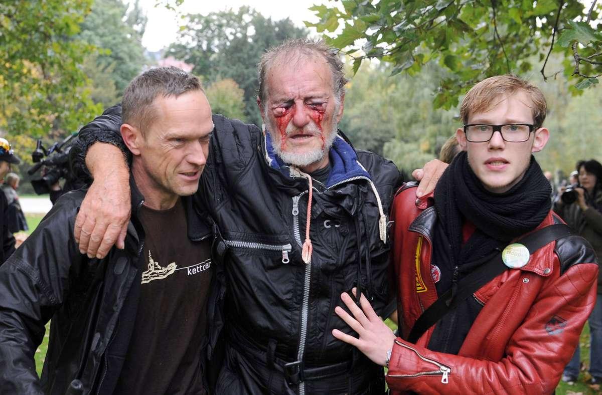 Ein Bild, das unvergessen bleibt: beim Polizeieinsatz kommt es zu Verletzten. Foto: dpa/Marijan Murat