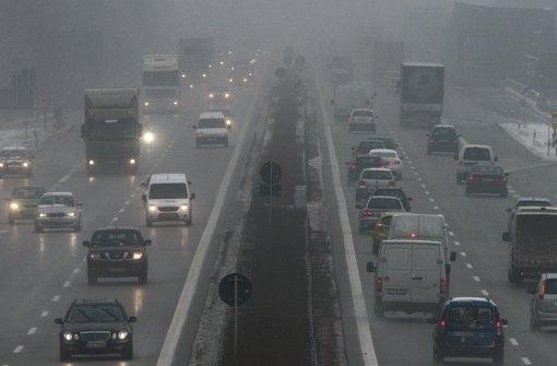 Geduldig sein heißt es im Weihnachtsverkehr für Autofahrer. Foto: dpa