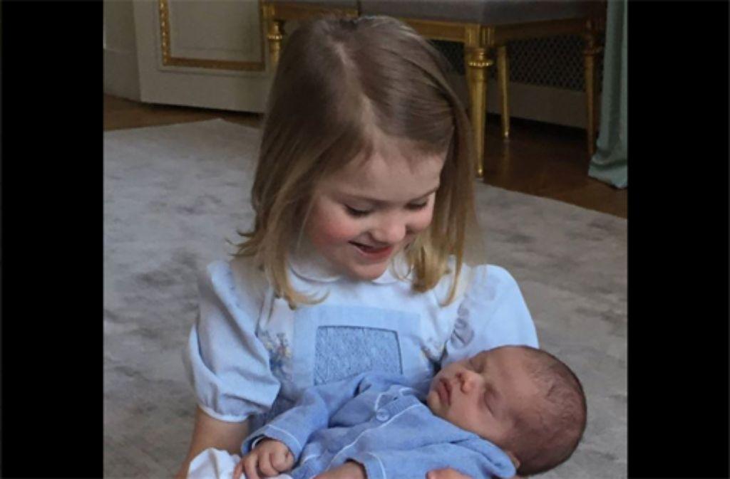 Prinzessin Estelle mit ihren Brüderchen, Prinz Oscar. Foto: www.facebook.com/Kungahuset / Screenshot