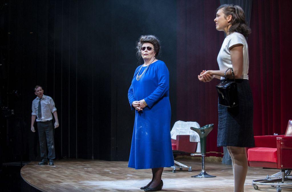 Die Inszenierung von Burkhard C. Kosminski unter anderem mit Sven Prietz (Gottfried), Anke Schubert (Frau Imelda) und Paula Skorupa (Frau Leila). Foto: Björn Klein