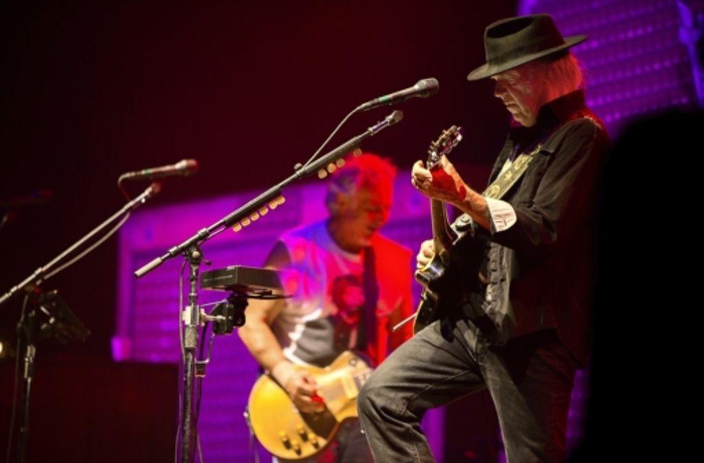 Neil Young und ein Musikerkollege beim Auftritt in Stuttgart Foto: Michael Steinert