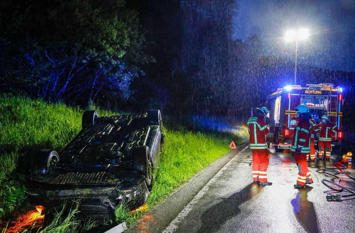 Der Fahrer hatte wohl auf regennasser Fahrbahn ... Foto: 7aktuell.de/Christina Zambito