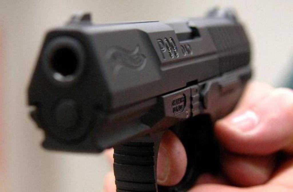 Die Angestellte wurde mit einer Pistole bedroht (Symbolbild). Foto: dpa