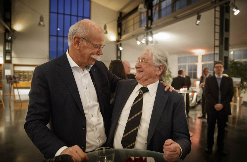 Daimler-Chef Dieter Zetsche (links) gratuliert Hans Herrmann zum 90. Geburtstag. Foto: Gottfried Stoppel
