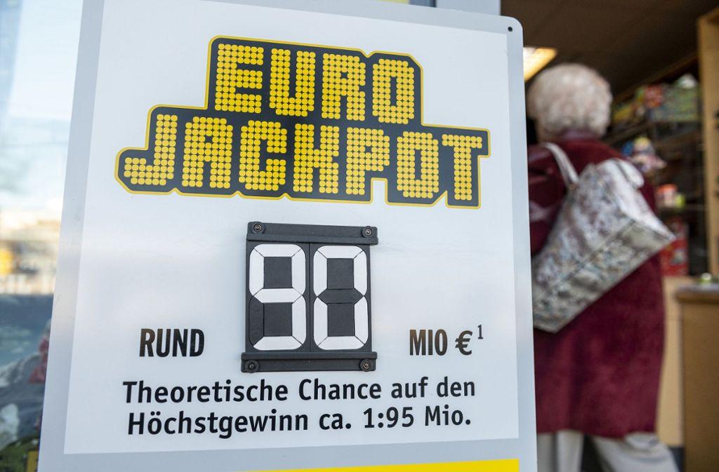 Die Summe des Eurojackpots ist der höchste Betrag, der jemals in Bayern als Lottogewinn überwiesen wurde. Foto: dpa/Patrick Seeger