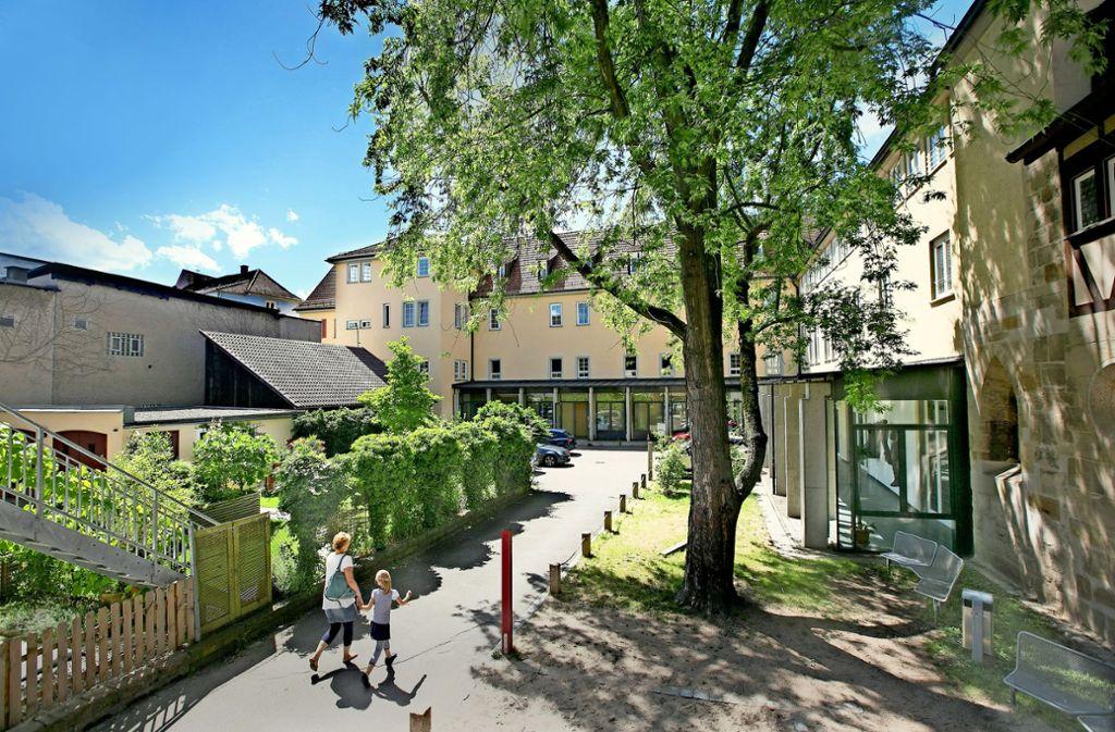 Direkt an die Musikschule am Blarerplatz angrenzend soll bis zum zweiten Quartal 2024 zwischen Küferstraße und Kupfergasse die neue Esslinger Stadtbücherei entstehen. Foto: Horst Rudel