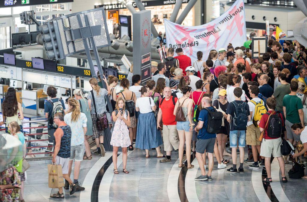 Zahlreiche Schüler haben an der Fridays for Future Demonstration am Stuttgarter Flughafen teilgenommen.  Foto: Lichtgut/Christoph Schmidt