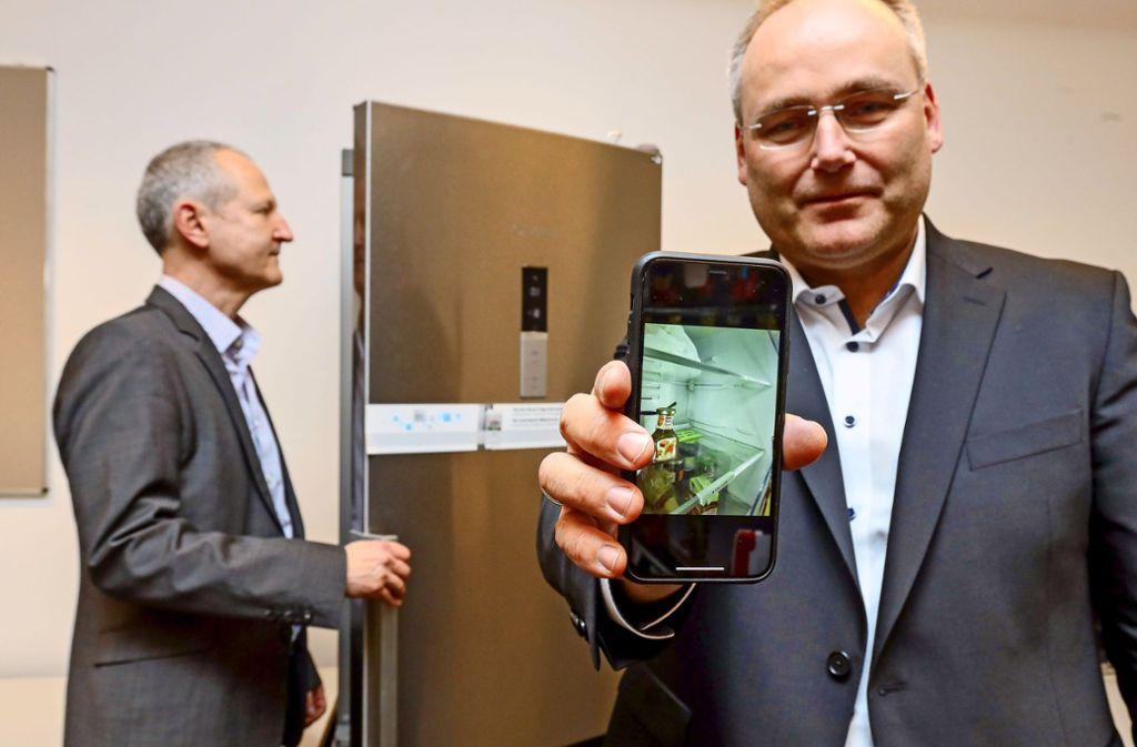 Im Zentrum für Digitalisierung  in Böblingen forschen Alexander Rossmann (rechts) und Claus Hoffmann auch an neuen Anwendungen für Kühlschränke. Foto: factum/Granville