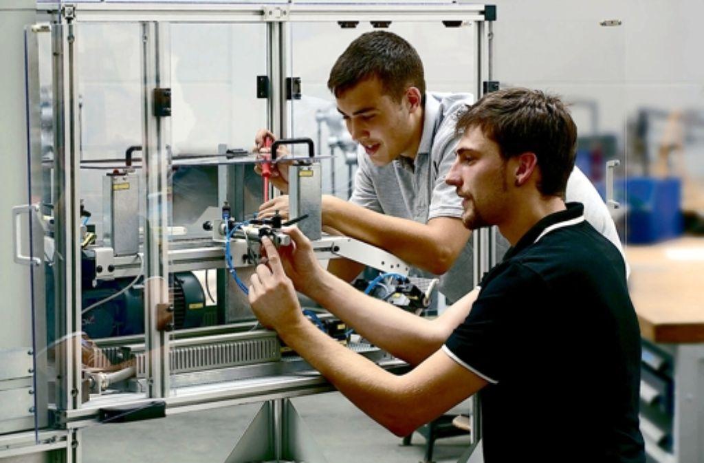 Mitarbeiter von MAG montieren ein Gerät für den Motorenbau. Foto: MAG