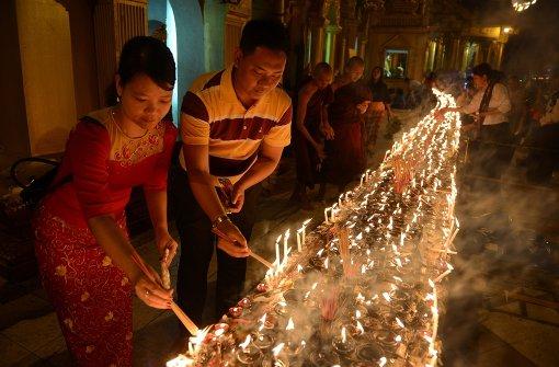 Tausende Kerzen für Buddha