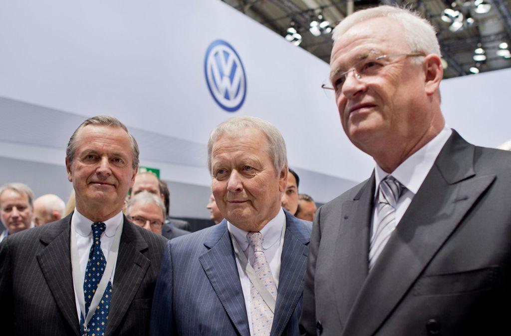 Von links nach rechts: Hans Michel Piëch und Wolfgang Porsche, Aufsichtsratsmitglieder der Volkswagen AG, und Martin Winterkorn, damals Vorstandsvorsitzender der Volkswagen AG, stehen bei der Hauptversammlung der Volkswagen AG auf dem Messegelände in Hannover nebeneinander Foto: dpa/Julian Stratenschulte