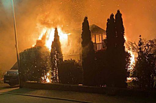 Brand eines Wohnmobils greift auf Wohnhaus über