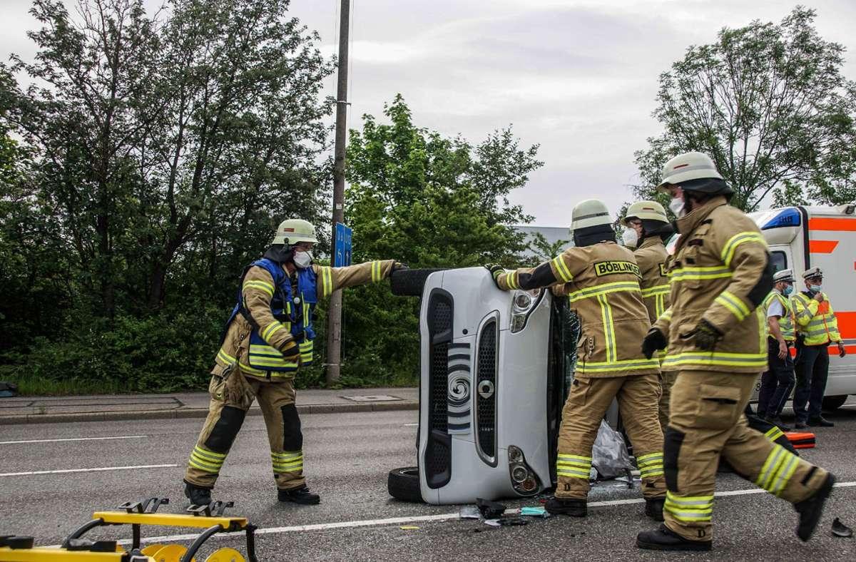 Die Feuerwehr musste die Fahrerin mit hydraulischem Gerät aus dem Smart befreien. Foto: SDMG// Dettenmeyer