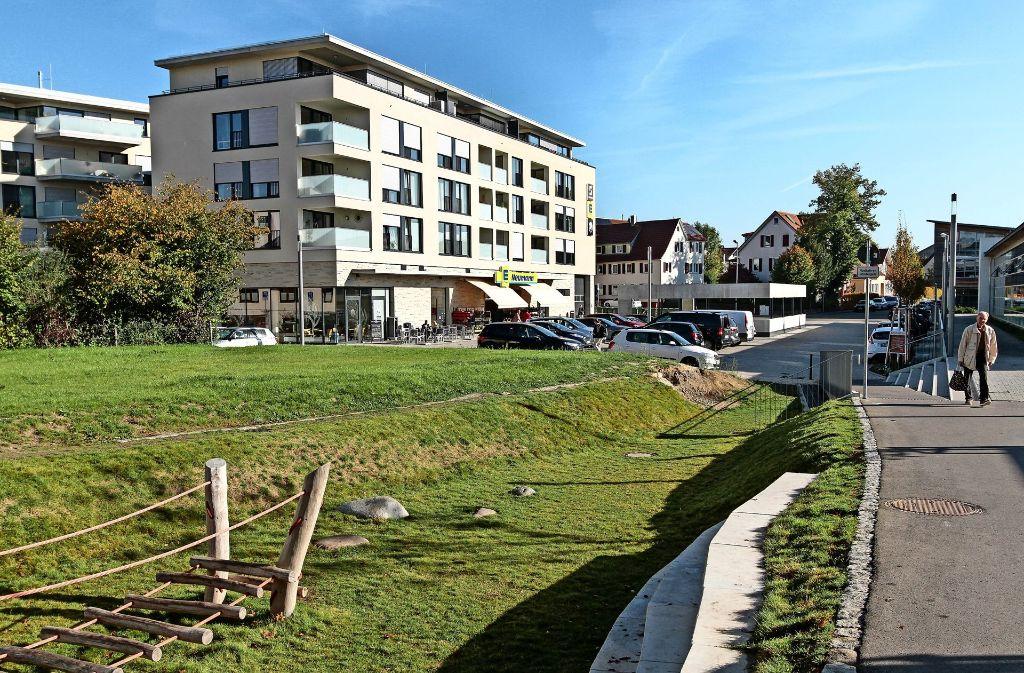 So sah das Areal vor dem Baggerbiss im Jahr 2014 und ohne den Vollsortimenter Edeka aus. Es bestand aus Parkplätzen. Foto: factum/Bach
