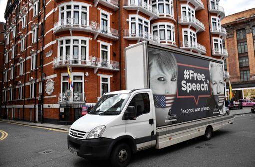 Bewaffnete Polizisten vor Assanges Zufluchtsort