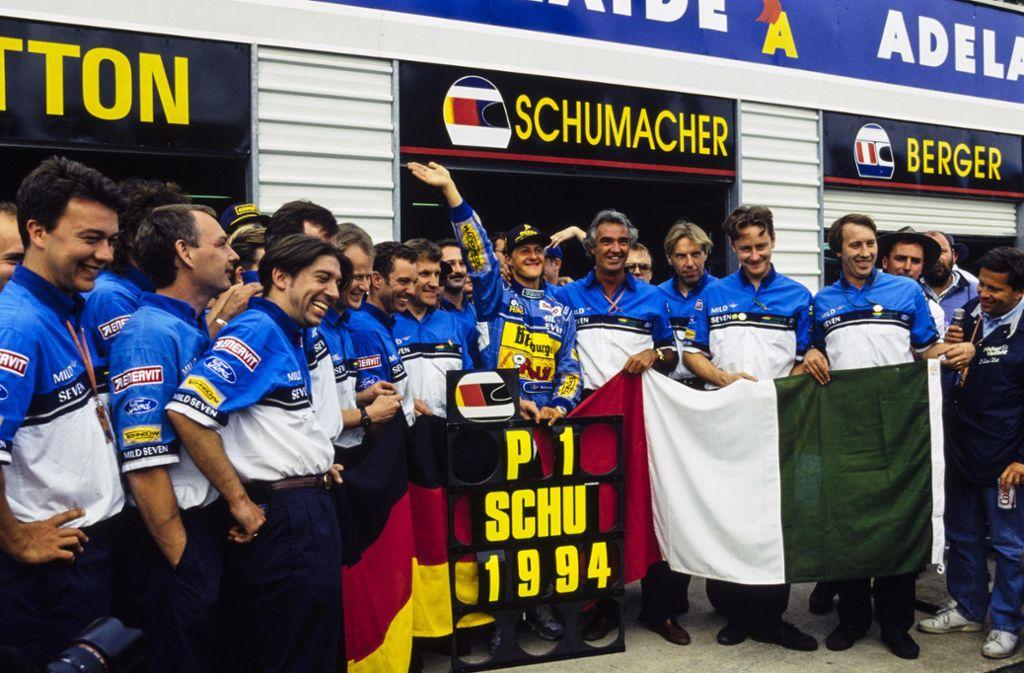 Michael Schumacher inmitten seiner Sieger-Truppe von 1994. Foto: imago/Ercole Colombo